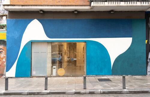 Galería Moisés Pérez de Albéniz, gallery facade by Elvira Amor, site specific, 2021.